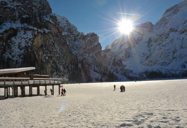 Lago_di_Braies_ghiacciato_2011